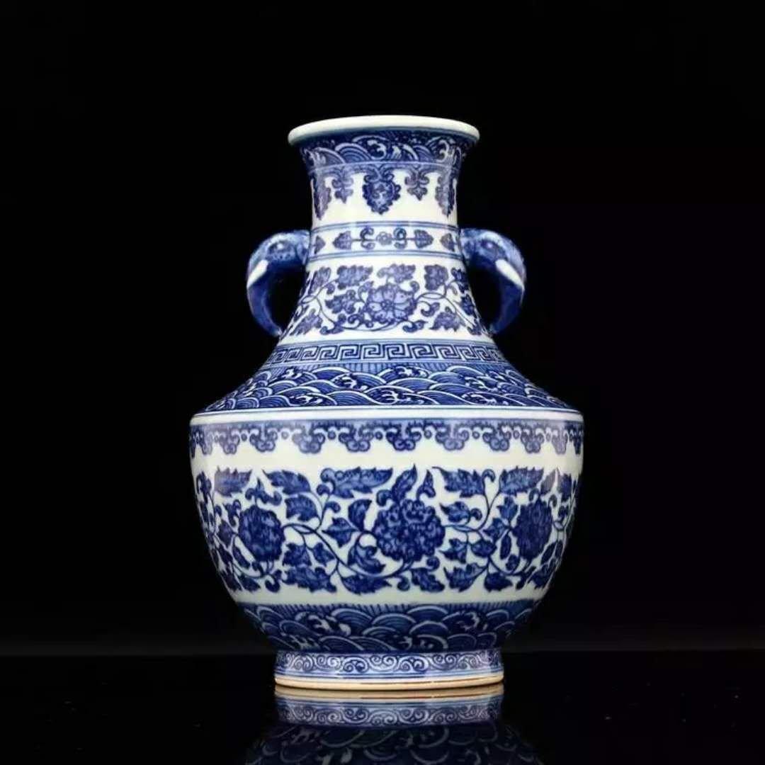 Fine Chinese B/W porcelain vase