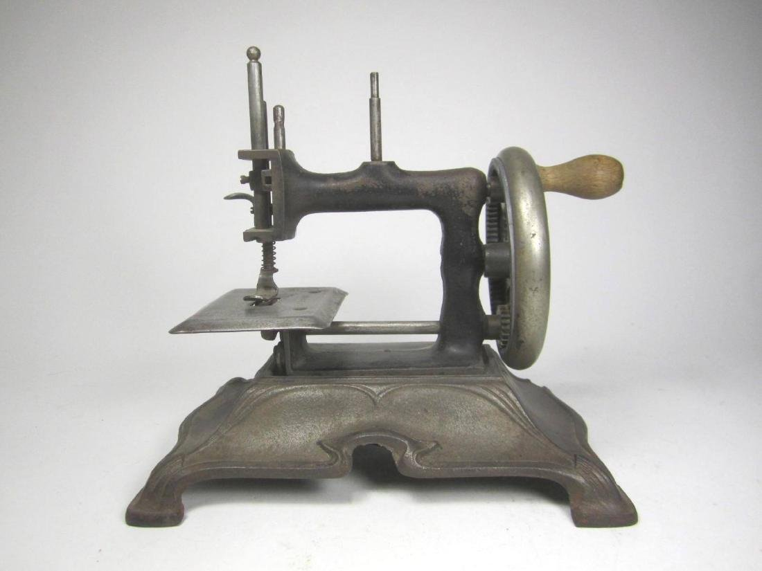 OLD SEWING MACHINE TOY