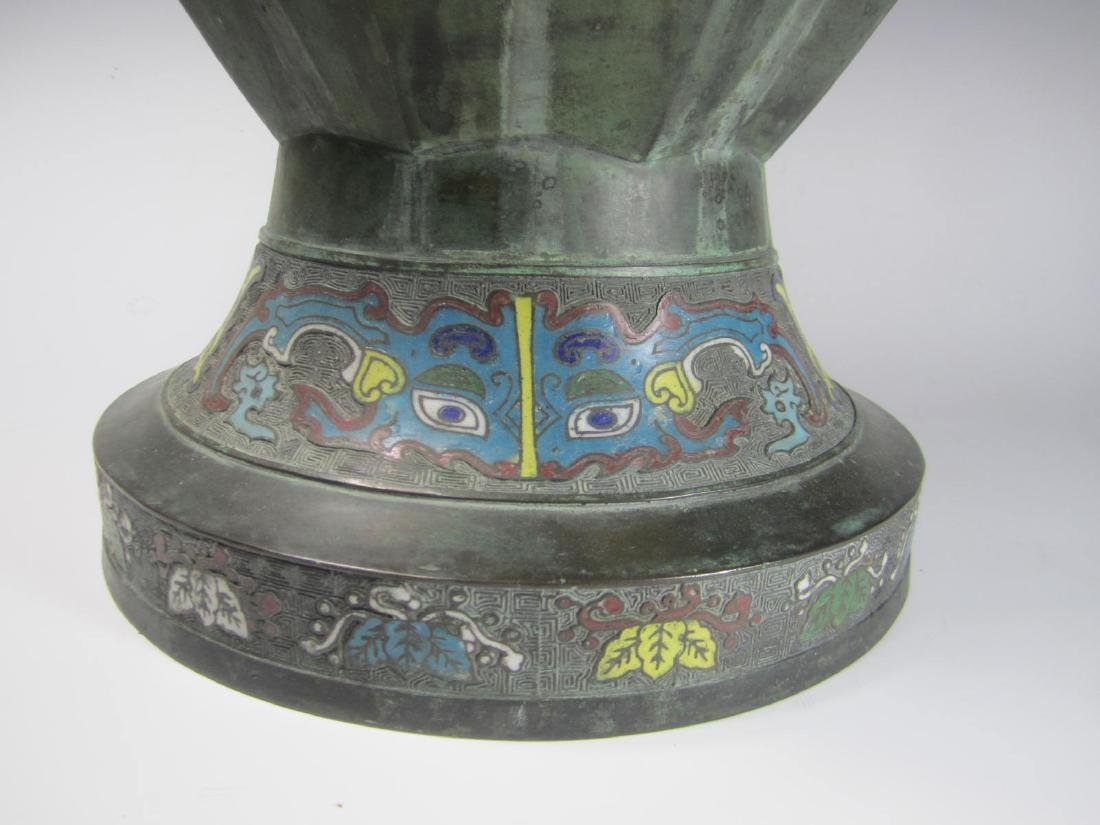 A LARGE CHAMPLEVE VASE WITH DOUBLE BEAST HEAD RING - 7