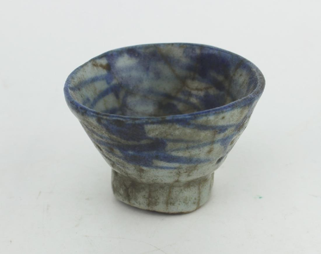 A SMALL CHINESE BLUE & WHITE CUP