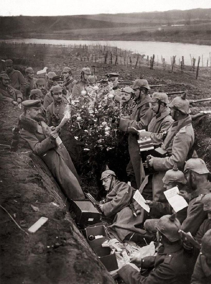 Original German WW2 Enameled Box w. Iron Cross - 10