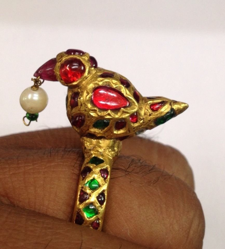 A MUGHAL STYLE 22KT GOLD BIRD RING; SIZE 8.75