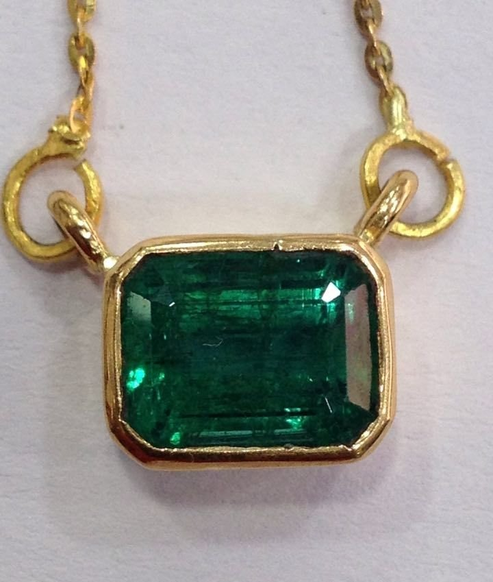 4.90 CT EMERALD 22 KT YELLOW GOLD PENDANT NECKLACE