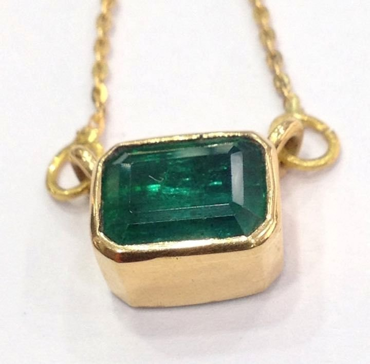 4.90 CT EMERALD 22 KT YELLOW GOLD PENDANT NECKLACE - 2
