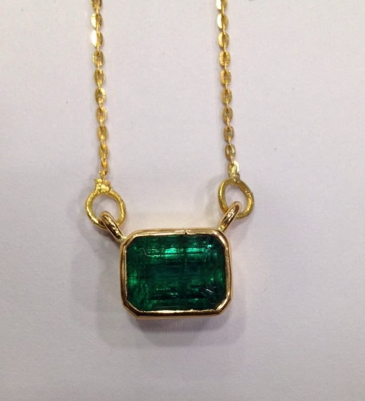 4.90 CT EMERALD 22 KT YELLOW GOLD PENDANT NECKLACE - 8