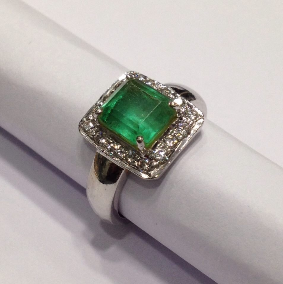 18 Kt Gold with Colombian Emerald and Diamond Ring