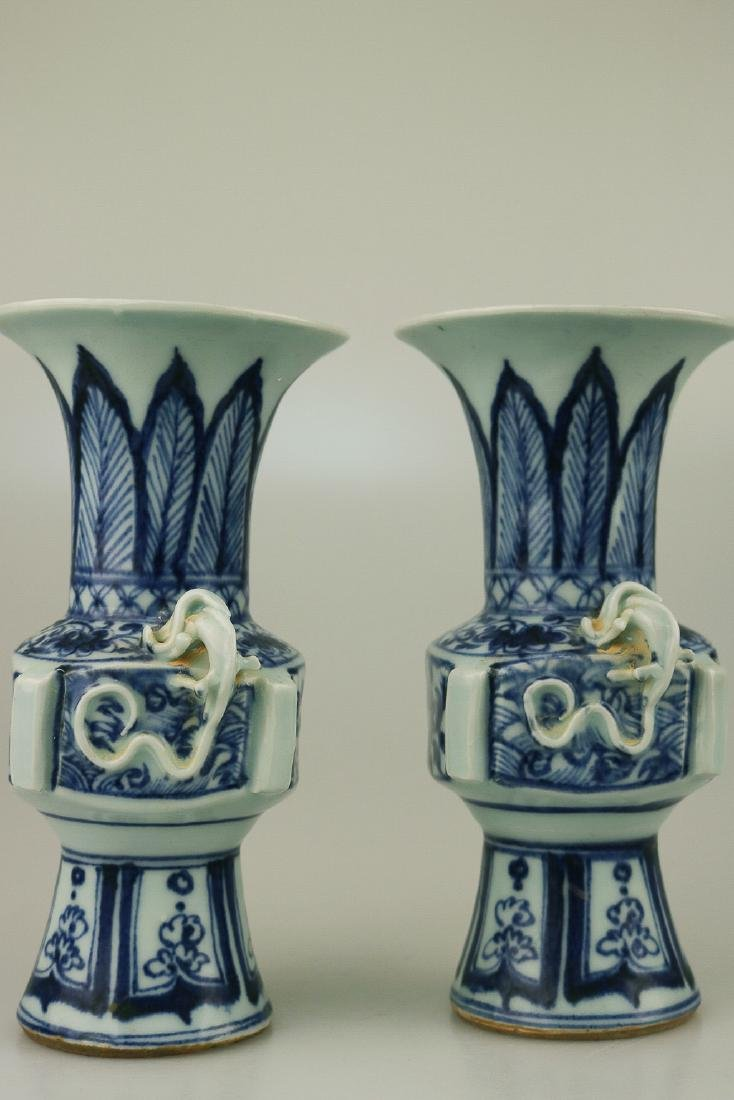 A PAIR OF BLUE&WHITE DOUBLE-EAR GOBLET