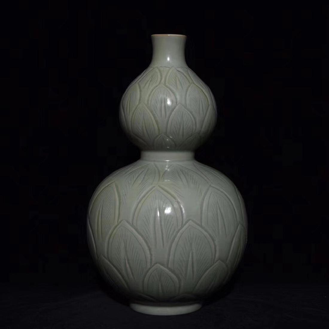 A YUEYAO INCISED FLORAL DOUBLE-GOURD VASE