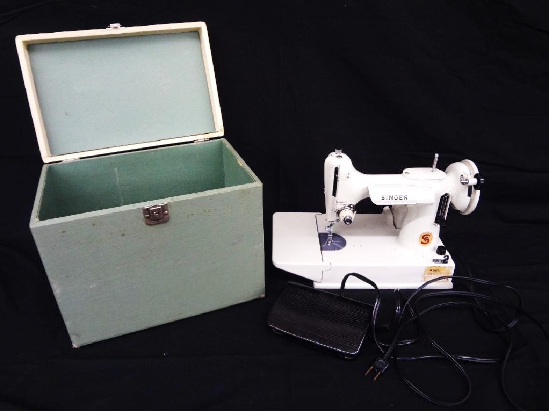 Vintage Featherweight Singer Sewing Machine 221K with