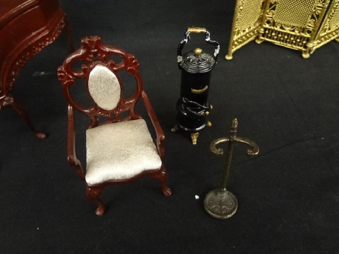 Group of Miniature Doll House Furniture: 20 Pieces - 8