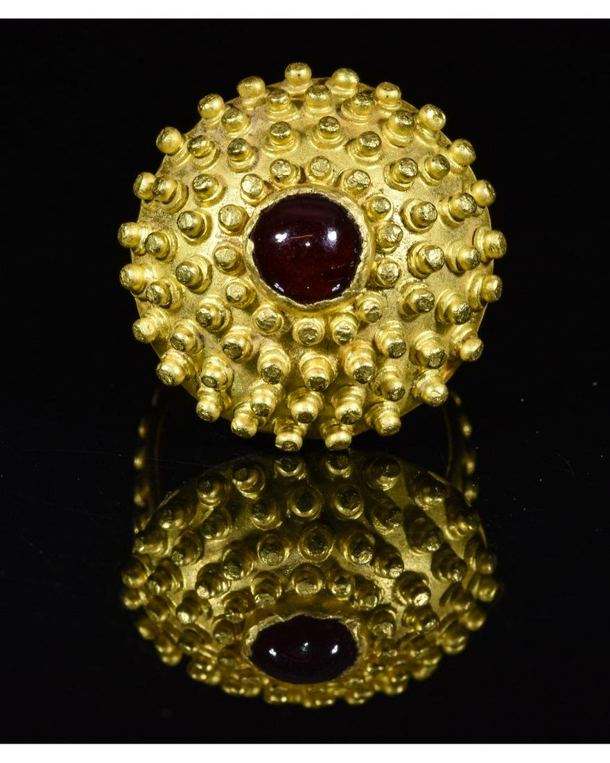ROMAN GOLD RING WITH GARNET STONE