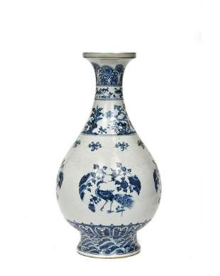 CHINESE MING STYLE BLUE AND WHITE PORCELAIN VASE