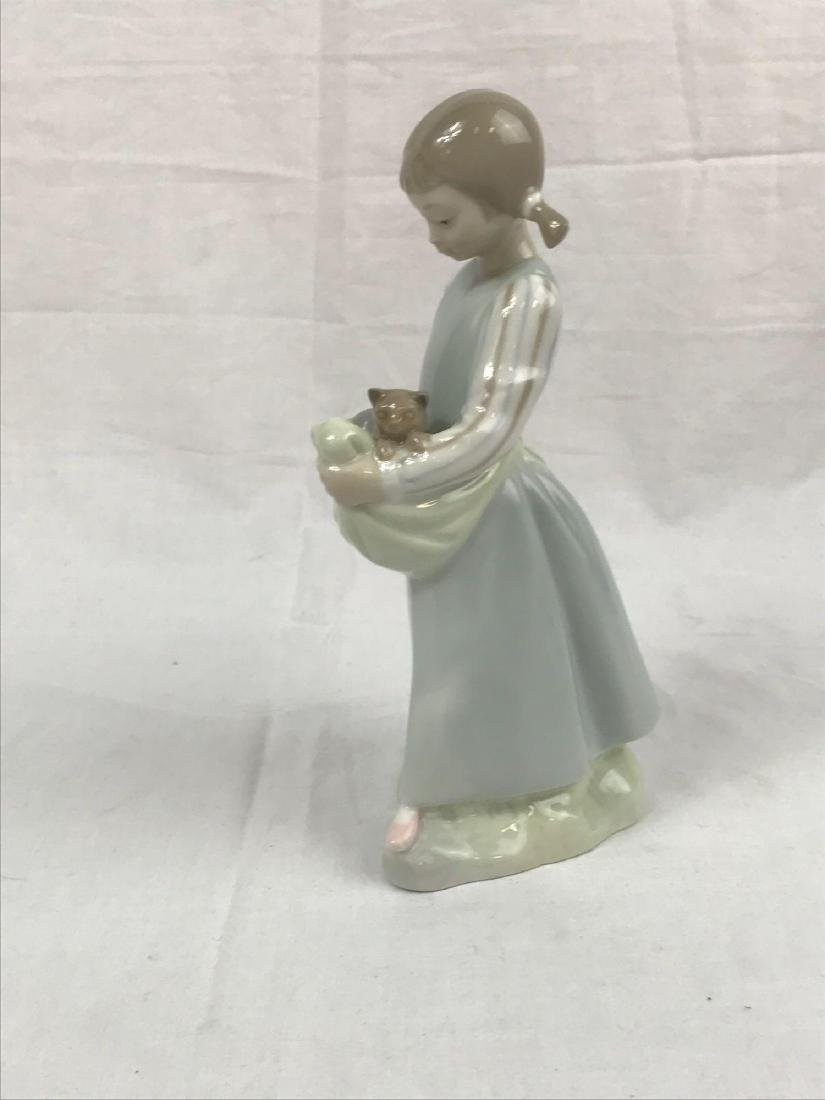 Lladro Figurine, Girl With Kittens - 7