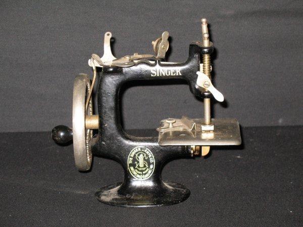 112: ANTIQUE TOY SINGER SEWING MACHINE