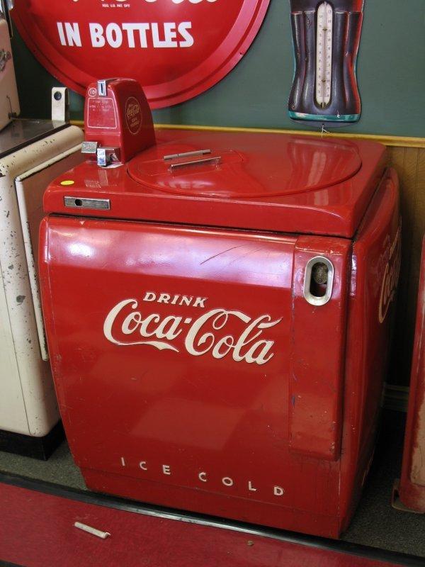 432: 1940s COCA-COLA VENDO V59 SODA MACHINE