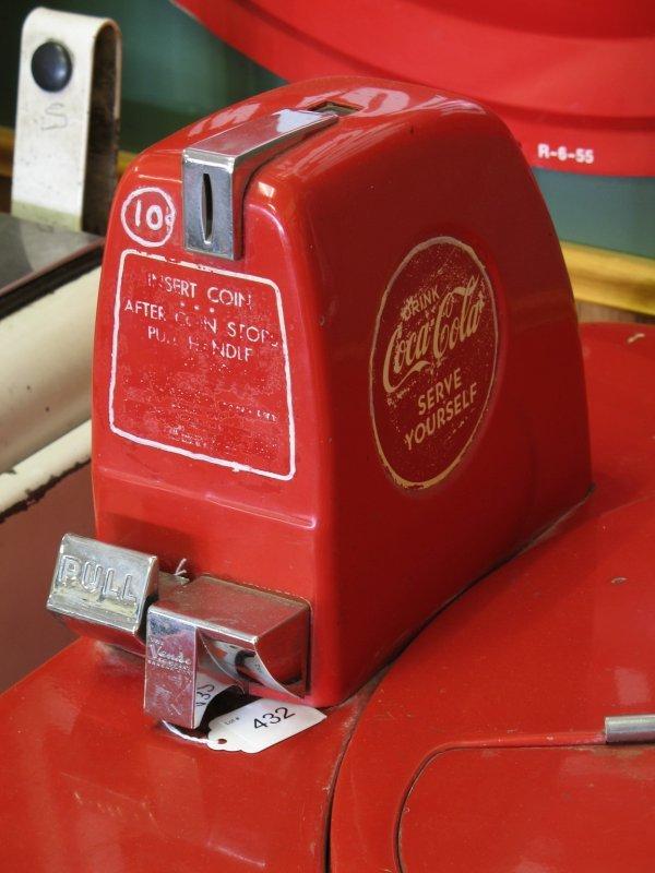 432: 1940s COCA-COLA VENDO V59 SODA MACHINE - 4