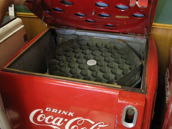 432: 1940s COCA-COLA VENDO V59 SODA MACHINE - 5