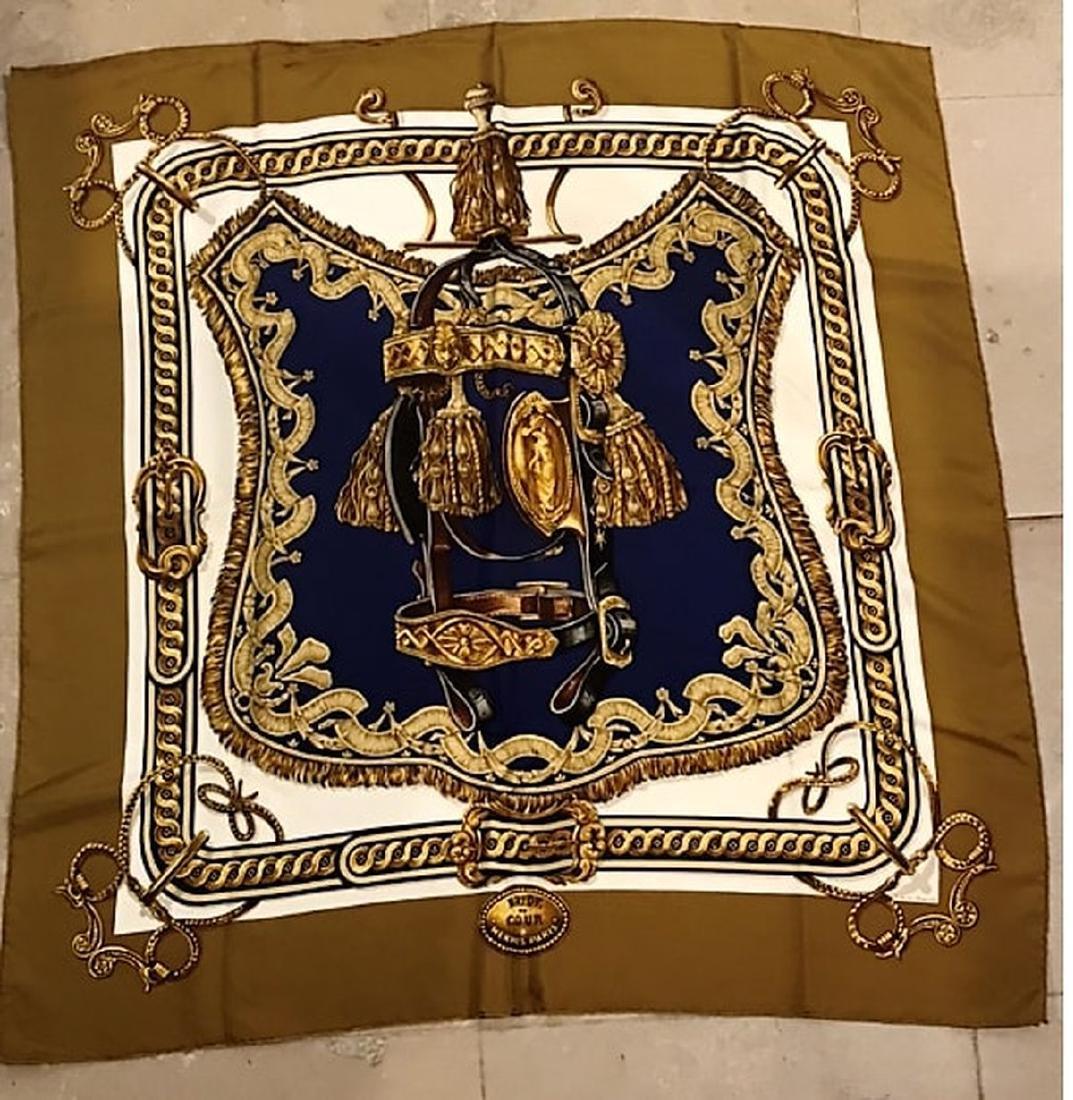 HERMES - Foulard en soie bleu, doré sur fond beige et b