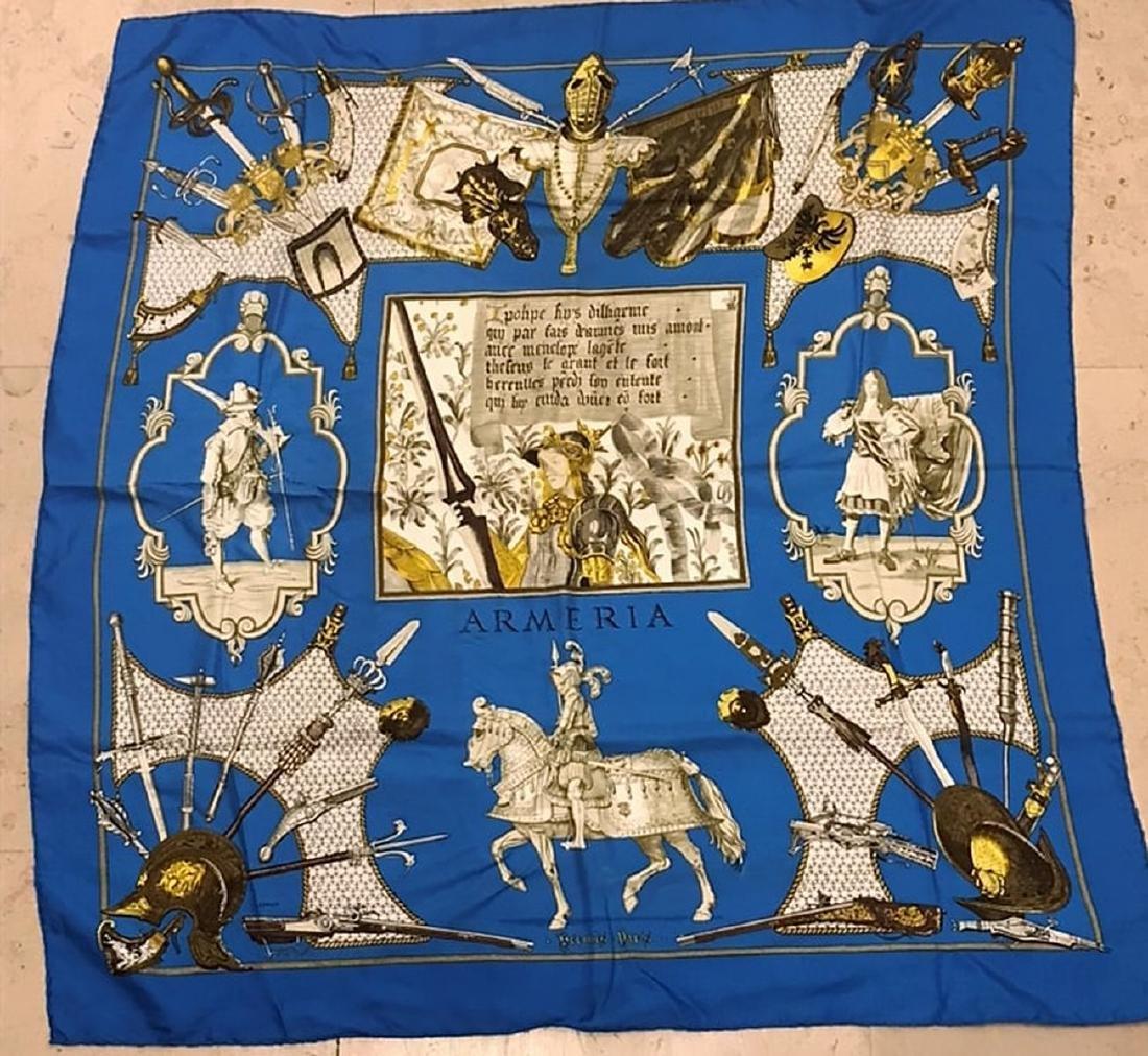 HERMES – Foulard en soie à décors de cavaliers sur fond