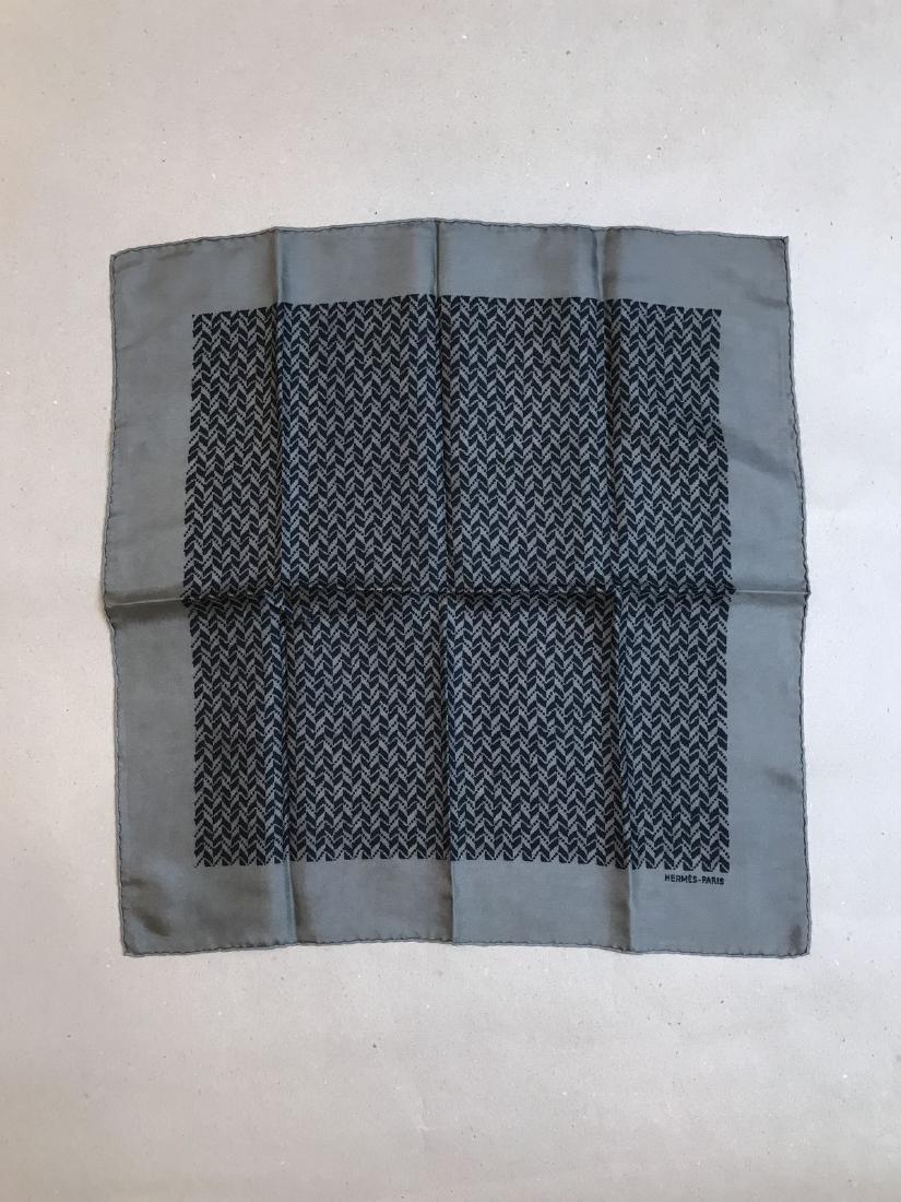 HERMES pochette en soie motifs géométriques noirs sur f