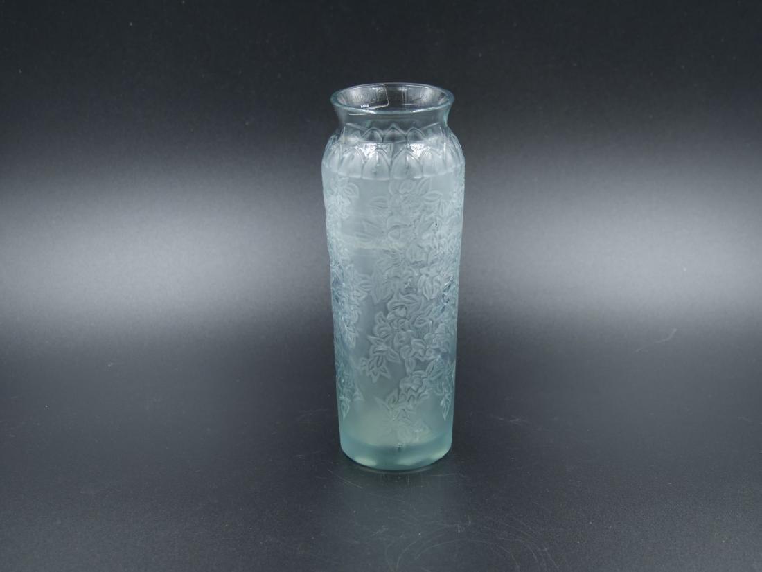 LALIQUE FRANCE, Petit vase en cristal opacifié bleu gri