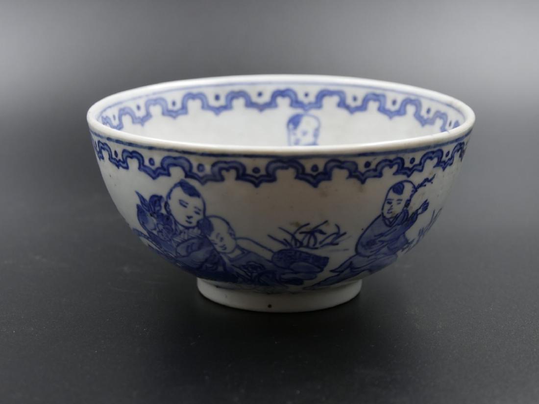 Bol en porcelaine bleue et blanche à décors d'enfants c