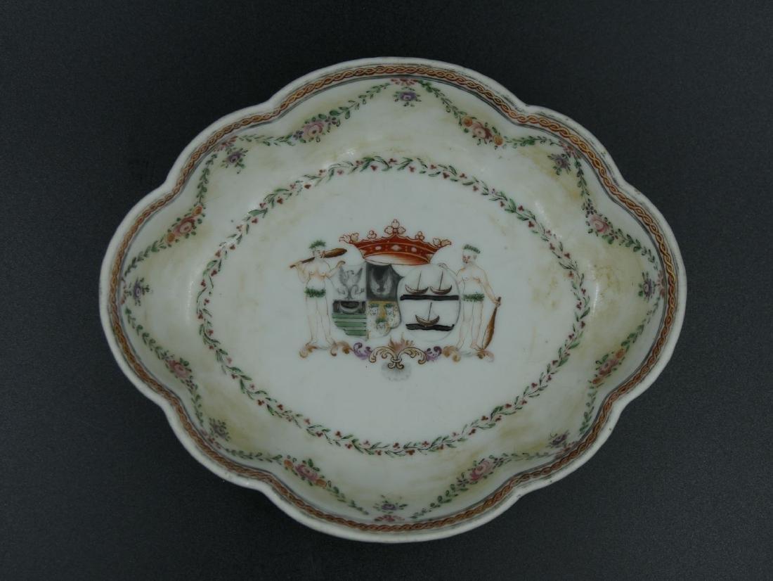 Petite coupe ovale  polylobée en porcelaine de la Compa