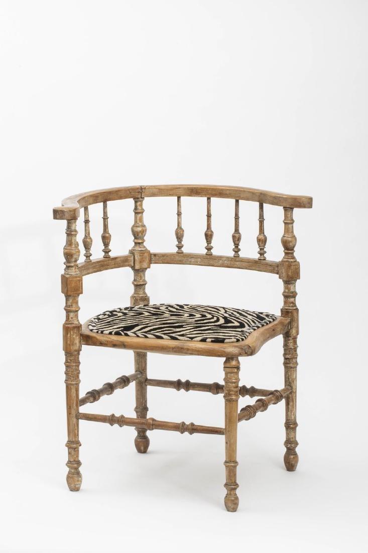Petit fauteuil d'angle en bois naturel mouluré - Le dos
