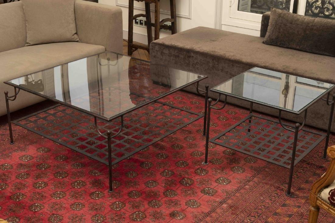 Deux tables basse en fer forgé à plateau de verre au de
