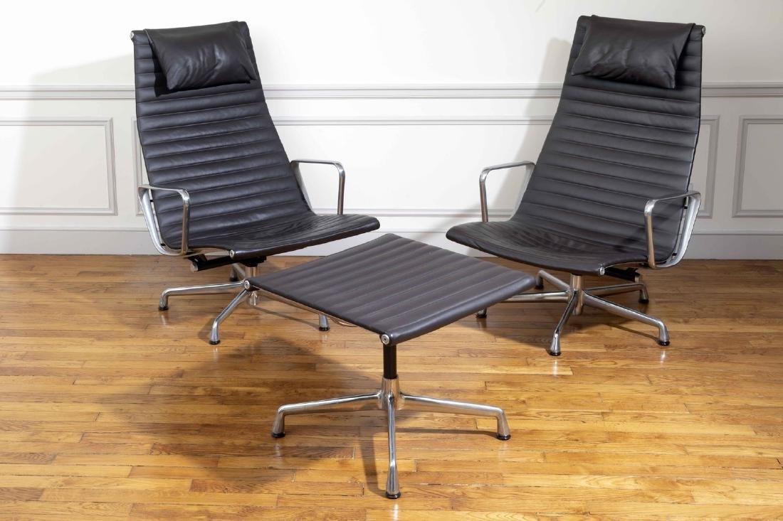 Charles et Ray Eames -  2 fauteuils EA 124 en cuir noir