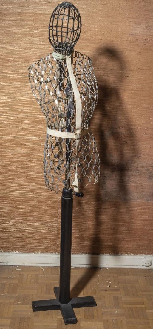 Mannequin  en  fils de fer à croisillons