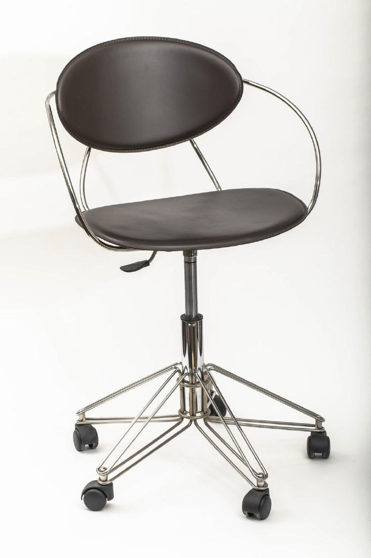Chaise de bureau design en métal gris et cuir noir