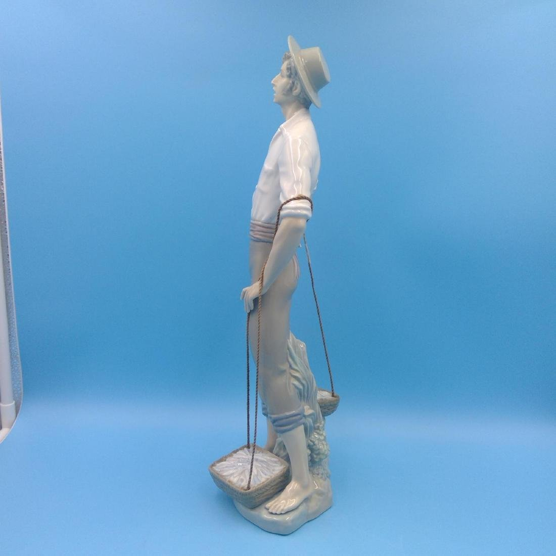 LLADRO LARGE FISHERMAN PORCELAIN FIGURINE - 2