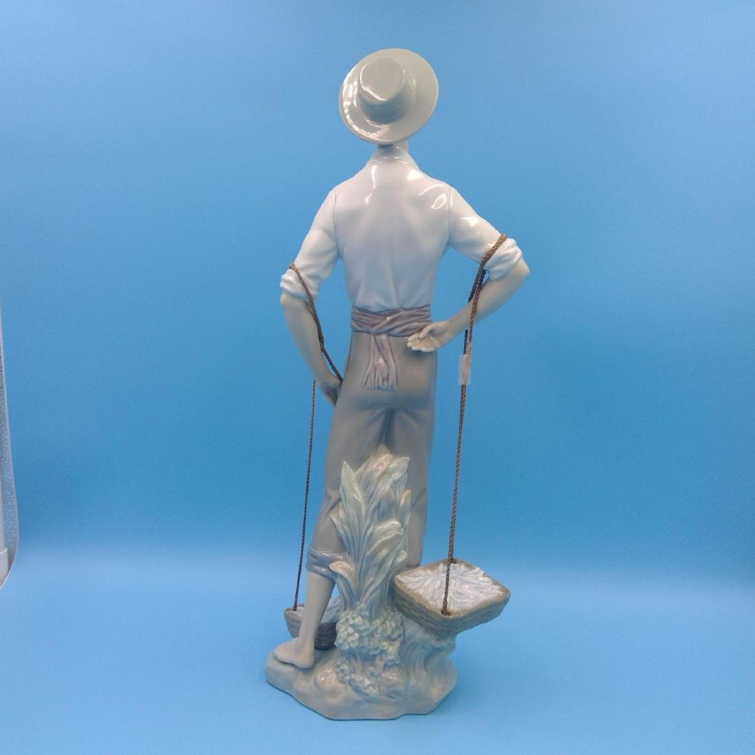 LLADRO LARGE FISHERMAN PORCELAIN FIGURINE - 3