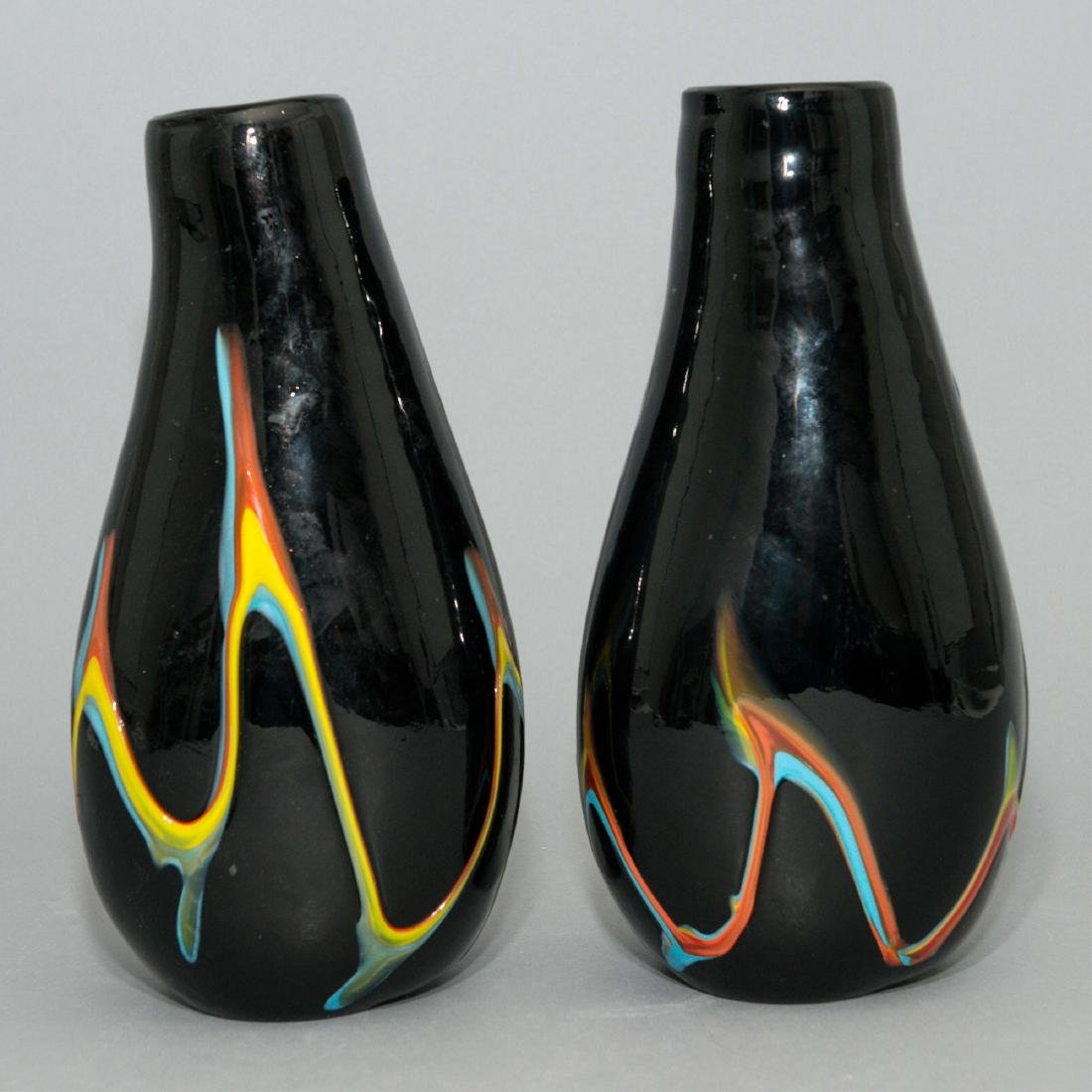 PAIR OF HAND-BLOWN AMERICAN DECORATIVE GLASS VASES - 3