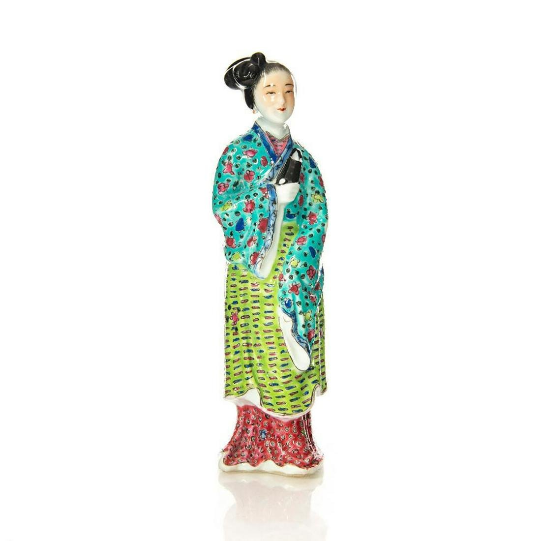 CLASSIC CHINESE CERAMIC FIGURINE OF WOMAN