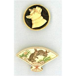 A SMALL CARD OF NATURAL MATERIAL DIV 1 AND 3 BUTTONS