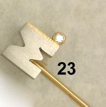 23: Nadel ''M'', Platin/GG 750/000, an Brillant 0,03 ct