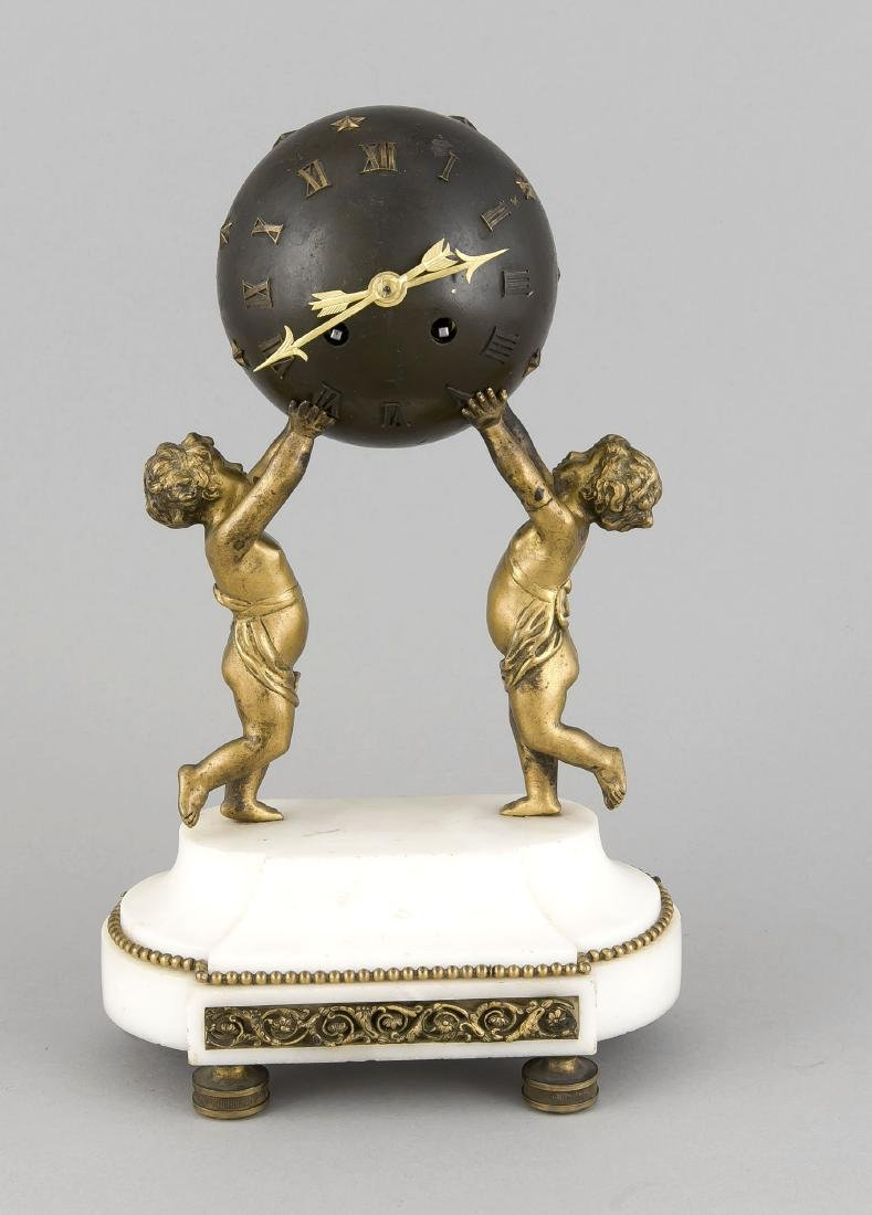 Table clock with 2 puttis holding a star ball, white