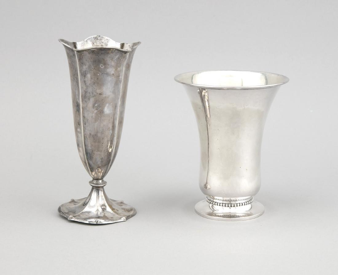 Zwei Vasen, Silber (800/000 bzw. 833/000), tw. gefüllt.