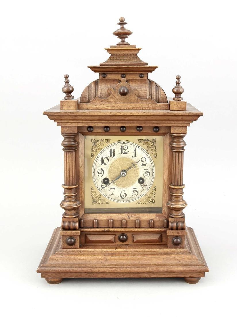 Tischuhr um 1900, Uhrwerk mit Pfeilmarke, mit Säulen