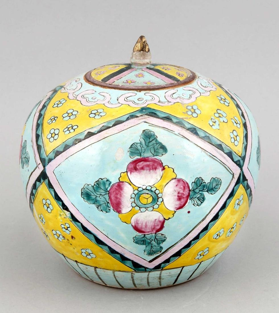 A Chinese ceramic ginger pot with lid, 1st c. 20th
