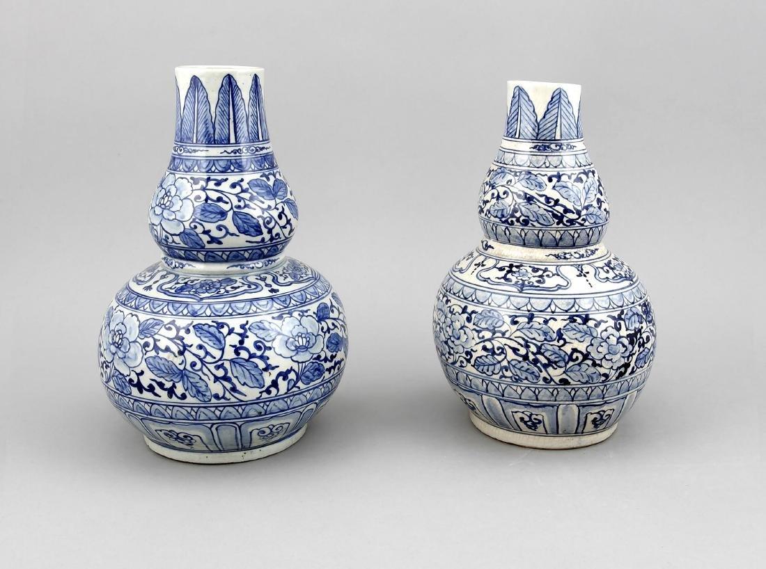 A pair of 19th-century Chinese vases, underglazeblue