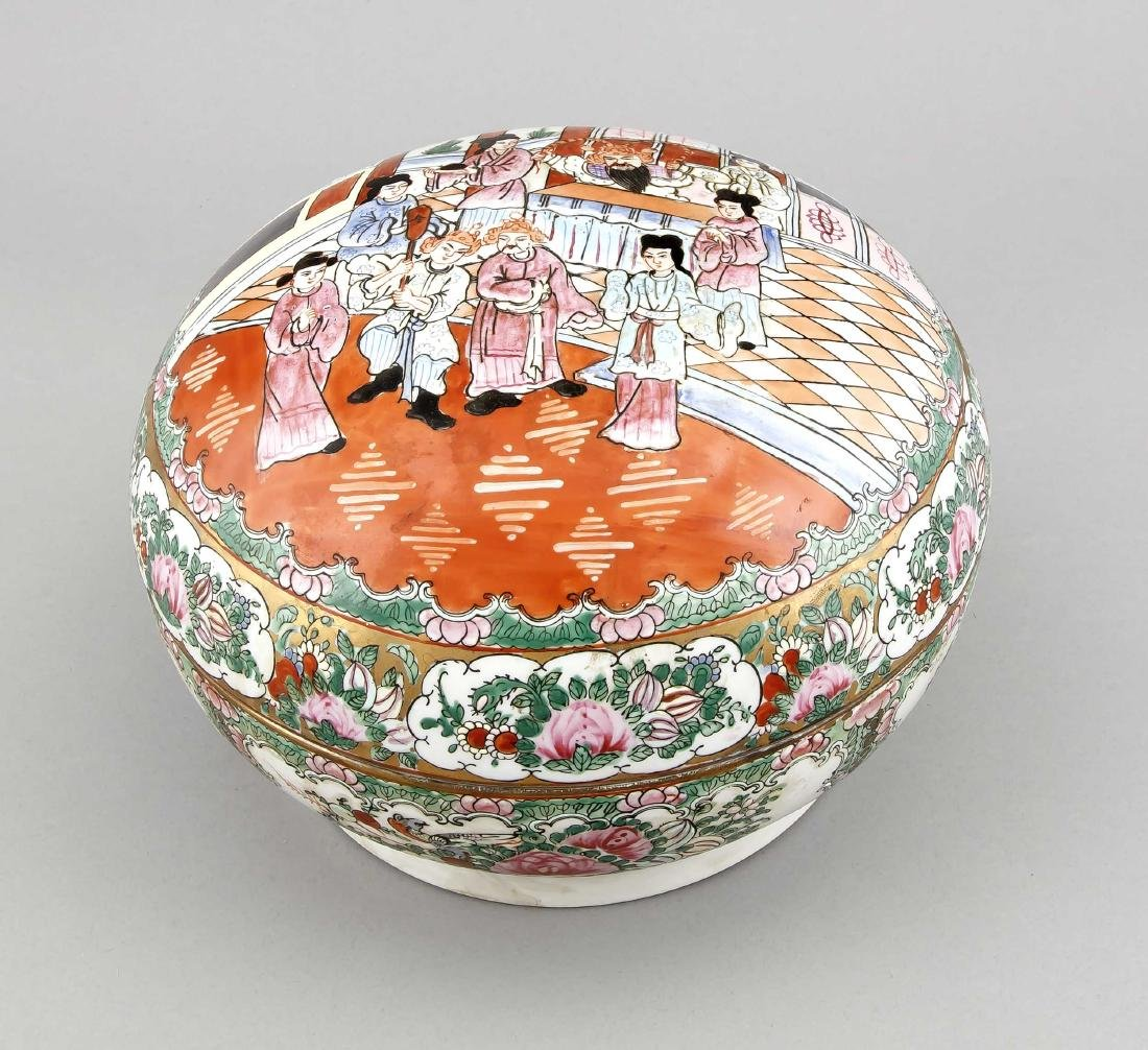 A Chinese famille rose bowl and lid, 1st half 20th c.,