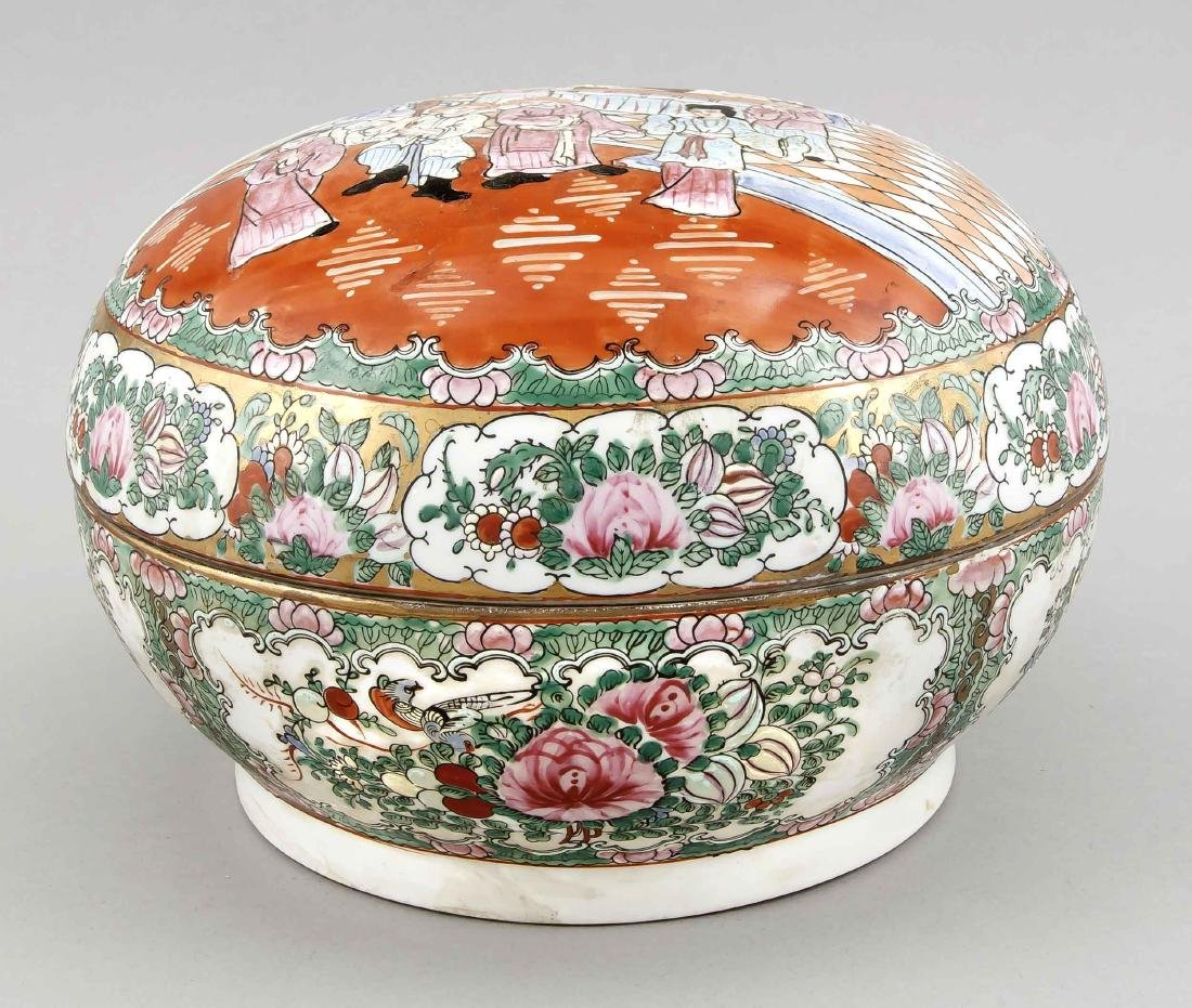 A Chinese famille rose bowl and lid, 1st half 20th c., - 2