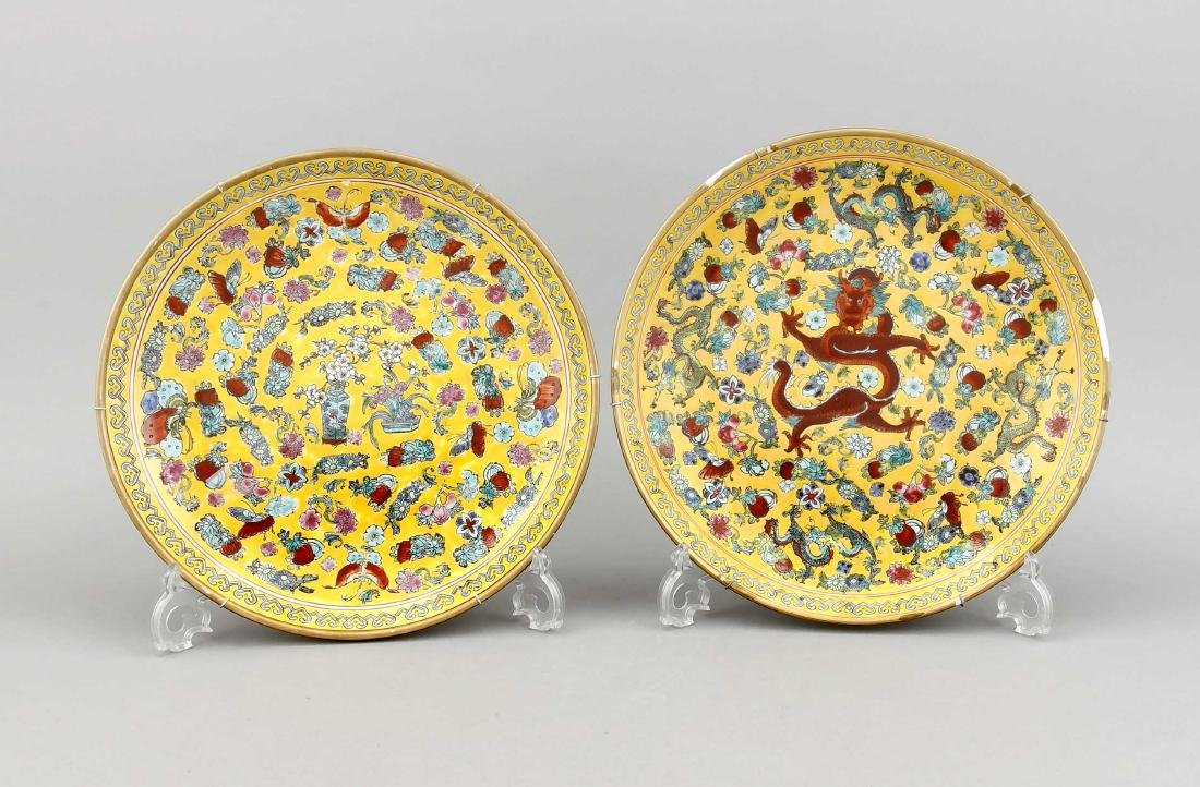 A pair of Chinese plates, 1st quarter 20th c., one