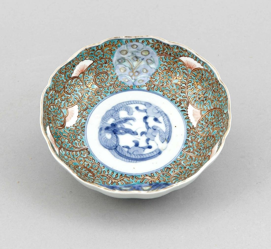A small lotus-shaped Chinese bowl, 19th/20th c., with
