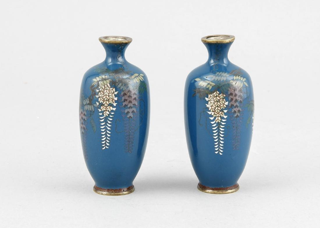 paar kleine Cloisonné-Vasen, Japan um 1900, Glyzinien
