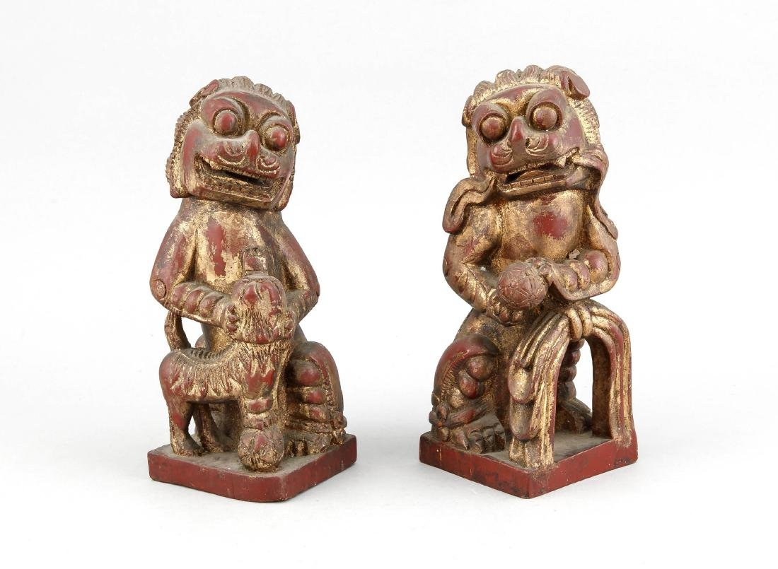 Paar Foo-Löwen, China, 1. V. 20. Jh., Holz geschnitzt,