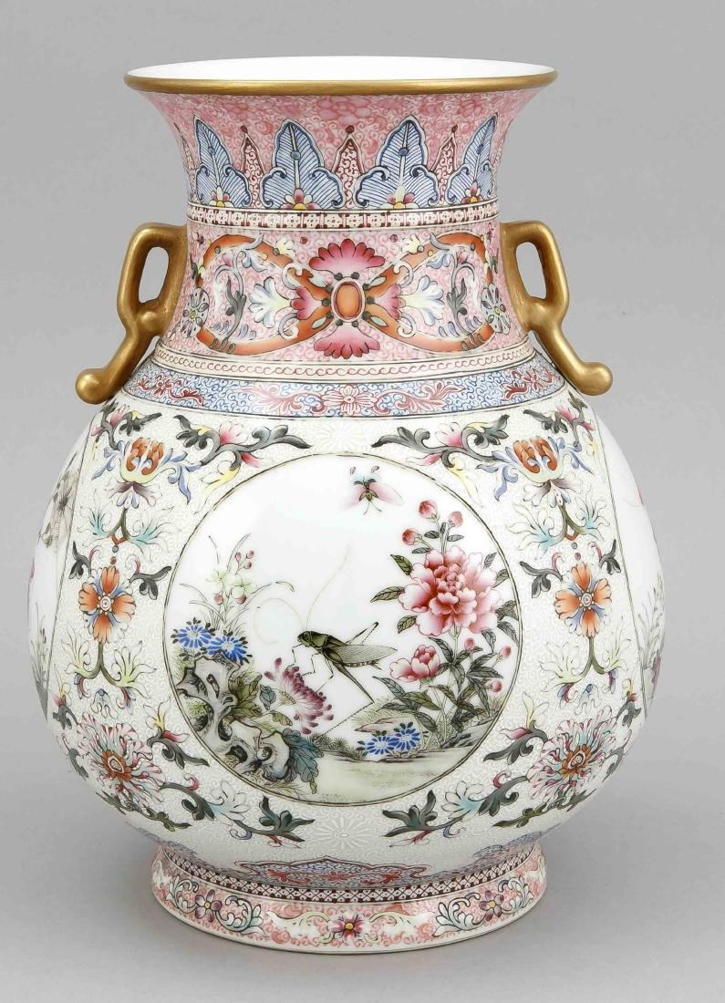 Famille-Rose-Vase, China, wohl 19. Jh., bauchige Form